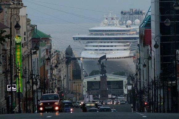 مصور روسي يلتقط #صورة جميلة لأحد شوارع فلاديفوستوك وتظهر في الخلف سفينة عملاقة