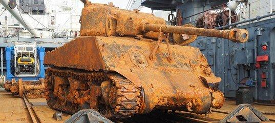 """دبابة أمريكية من نوع"""" شيرمان """"تقف في  منطقة لينينغراد بعد أن غمرتها المياة"""