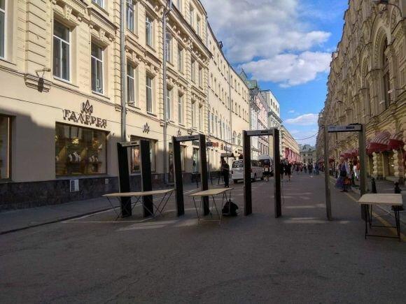 عند مدخل شارع القديس نيكولاس في موسكو وضعت الإجهزة والسياج للتفتيش