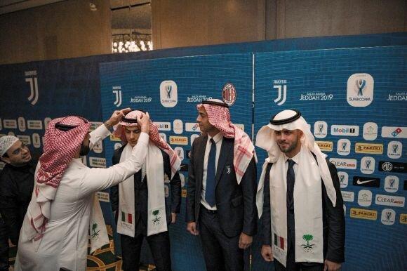 #السعودية : لاعبو يوفينتوس يشاركون الجماهير تجربة ارتداء الزي السعودي