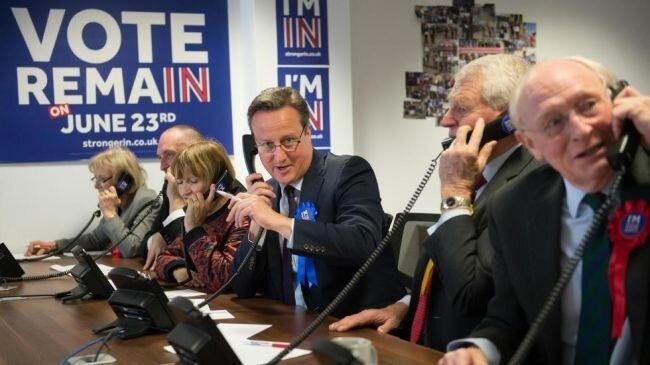 حارس شخصي لرئيس الوزراء البريطاني الأسبق ينسى مسدسه في حمام طائرة