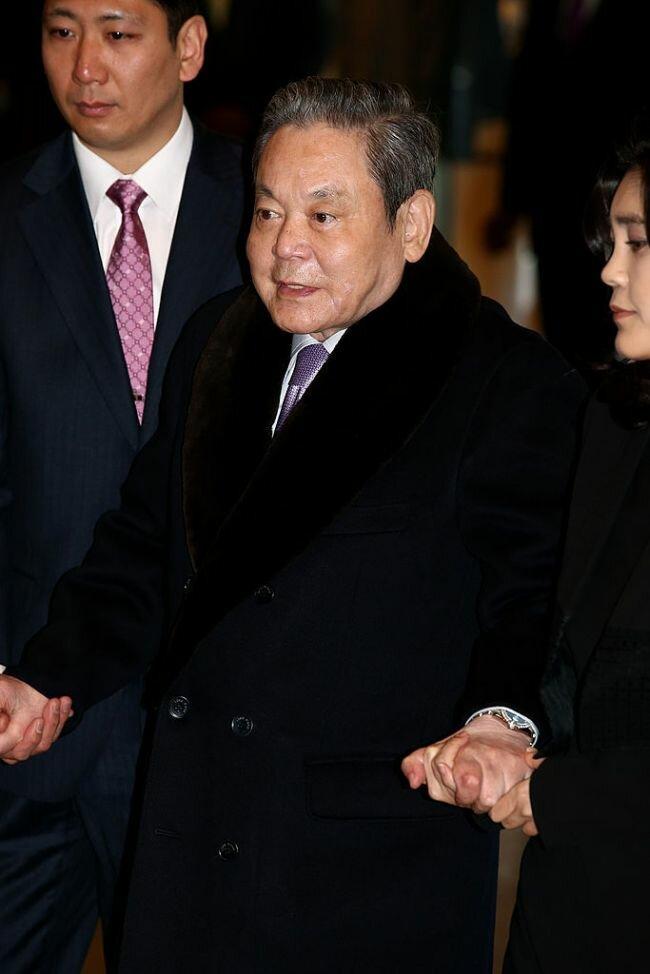 وفاة رئيس شركة سامسونغ لي كون هي