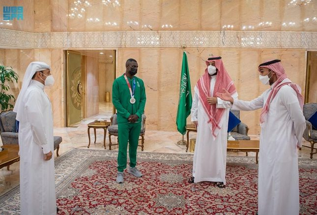 ولي العهد يلتقي البطل الأوليمبي طارق حامدي الحائز على الميدالية الفضية في أولمبياد طوكيو 2020