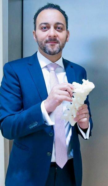 مستشفى الزهراء بالشارقة يجري أول عملية جراحية لتصحيح اعوجاج العمود الفقري باستخدام تقنية الطباعة ثلاثية الأبعاد
