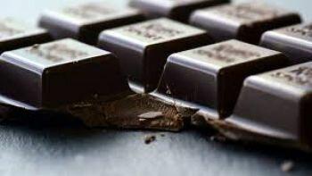 دراسة : تناول الشوكولاتة الداكنة قد لا يكون مفيدا للبصر