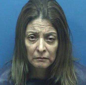 القبض على سيدة وضعت كيسا بلاستيكيا على رأس ابنها و قيدته داخل غرفة نوم بينما يحترق منزلهما