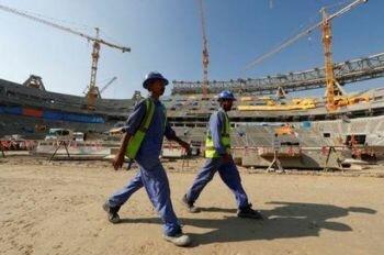 منظمة حقوقية تتهم قطر بالتعامل مع عمال أجانب بشكل غير إنساني
