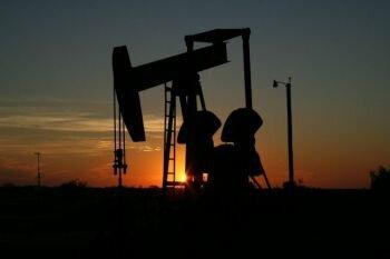 النفط يرسو بالقرب من 33 دولار للبرميل وسط تصاعد التوترات بين الولايات المتحدة والصين