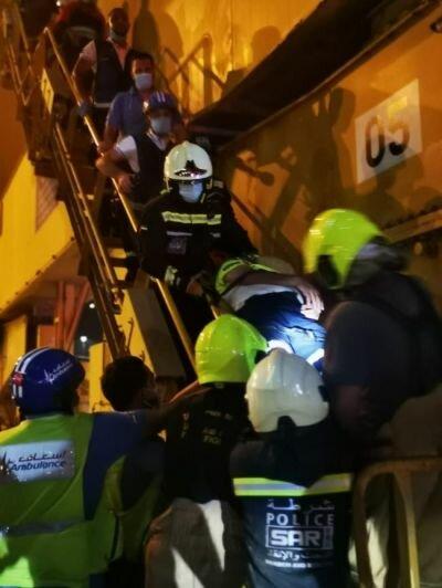 دبي : إنقاذ سائق رافعة أصيب بنوبة قلبية على علو 65 متراً