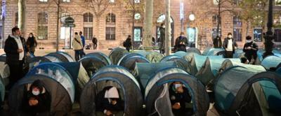 الشرطة الفرنسية تستخدم الغاز المسيل للدموع لتفكيك مخيمات للاجئين
