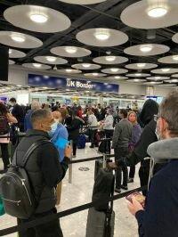 حشود ضخمة في مطار هيثرو و عدم الالتزام بالقواعد الصحية يثير قلق المسافرين
