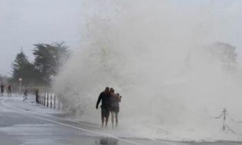 السائحون يغادرون نيوزيلندا بعد عاصفة شديدة