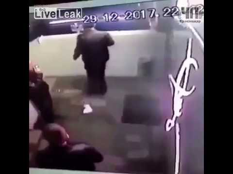 فيديو صادم يوثق لحظة سقوط شاب من أعلى بناية