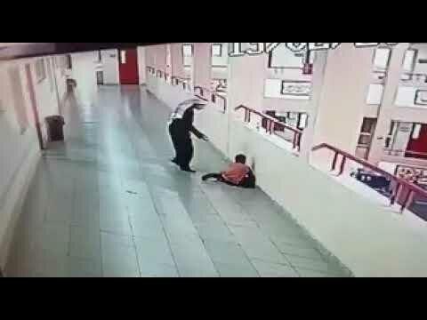 شاهد شجاعة معلم في انقاذ طالب من الإختناق